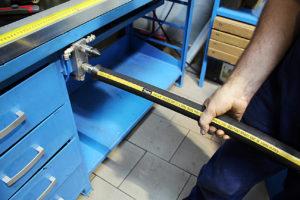 Czyszczenie węża hydraulicznego sprężonym powietrzem