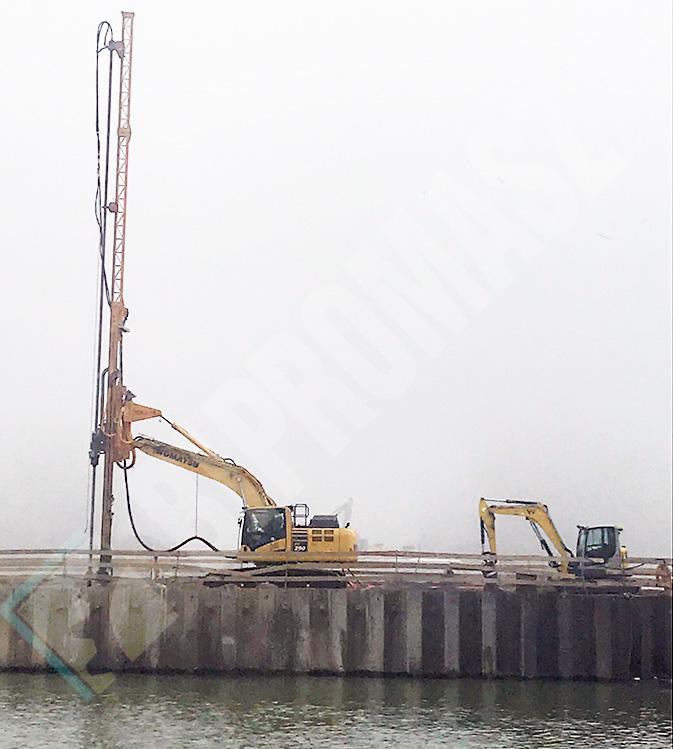 Osprzęt koparkowy JET typu OKJ-16 na placu budowy w Bratysławie przy formowaniu fundamentów na nabrzeżu rzeki Dunaj