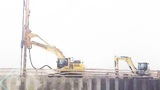 Osprzęt koparkowy JET typu OKJ-16 na placu budowy w Bratysławie
